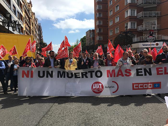 Imagen de la concentración, a la que asisió la compañera Isabel Araque, miembro de la Comisión Ejecutiva Confederal (de amarillo, entre Jenaro Martínez y Javier Fernández Lanero). Araque asistió en Asturias a un comité de elecciones sindicales.
